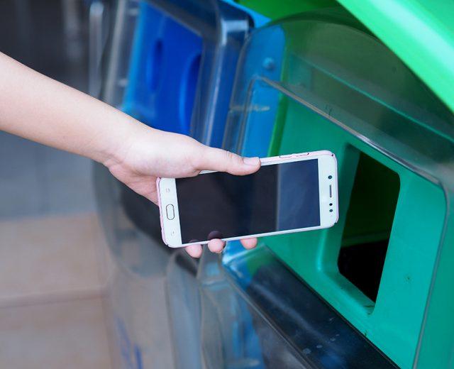 Como descartar corretamente celulares e acessórios antigos?